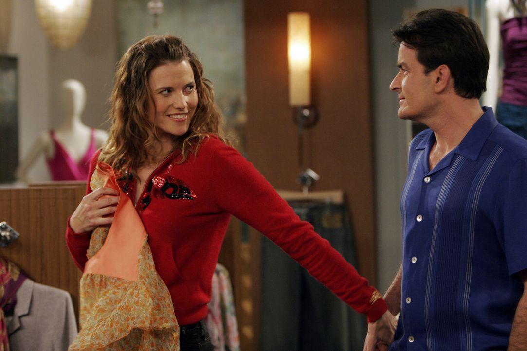 Während Alan seine Rolle als homosexueller sehr gut spielt, verliebt sich Charlie (Charlie Sheen, r.) in Pamela (Lucy Lawless, l.), in die Ex-Frau s... - Bildquelle: Warner Bros. Television
