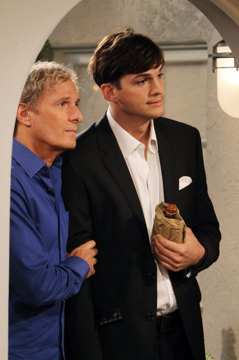 Der verliebte Walden (Ashton Kutcher, r.) plant, Zoey zu ihrem Geburtstag einen Heiratsantrag zu machen. Er scheut keine Kosten und Mühen und engagi... - Bildquelle: Warner Bros. Television