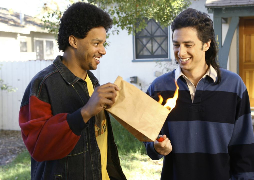 J.D. (Zach Braff, r.) und Turk (Donald Faison, l.) erinnern sich an ihren ersten gemeinsamen Streiche ... - Bildquelle: Touchstone Television