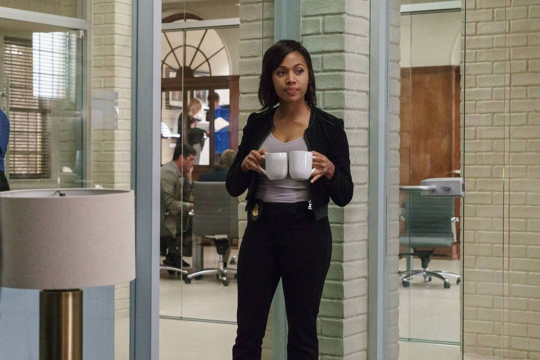 Abbie (Nicole Beharie) bekommt einige Informationen von Pandora, die ihre Zweifel an der wahren Aufgabe als Zeugin schüren ... - Bildquelle: 2015-2016 Fox and its related entities.  All rights reserved.