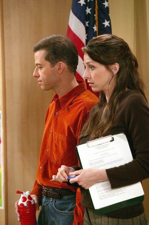 Alan (Jon Cryer, l.) und seine von ihm getrennt lebende Frau Judith (Marin Hinkle, r.) suchen während eines Elternabends ihres Sohnes Jake einen Fre... - Bildquelle: Warner Brothers Entertainment Inc.