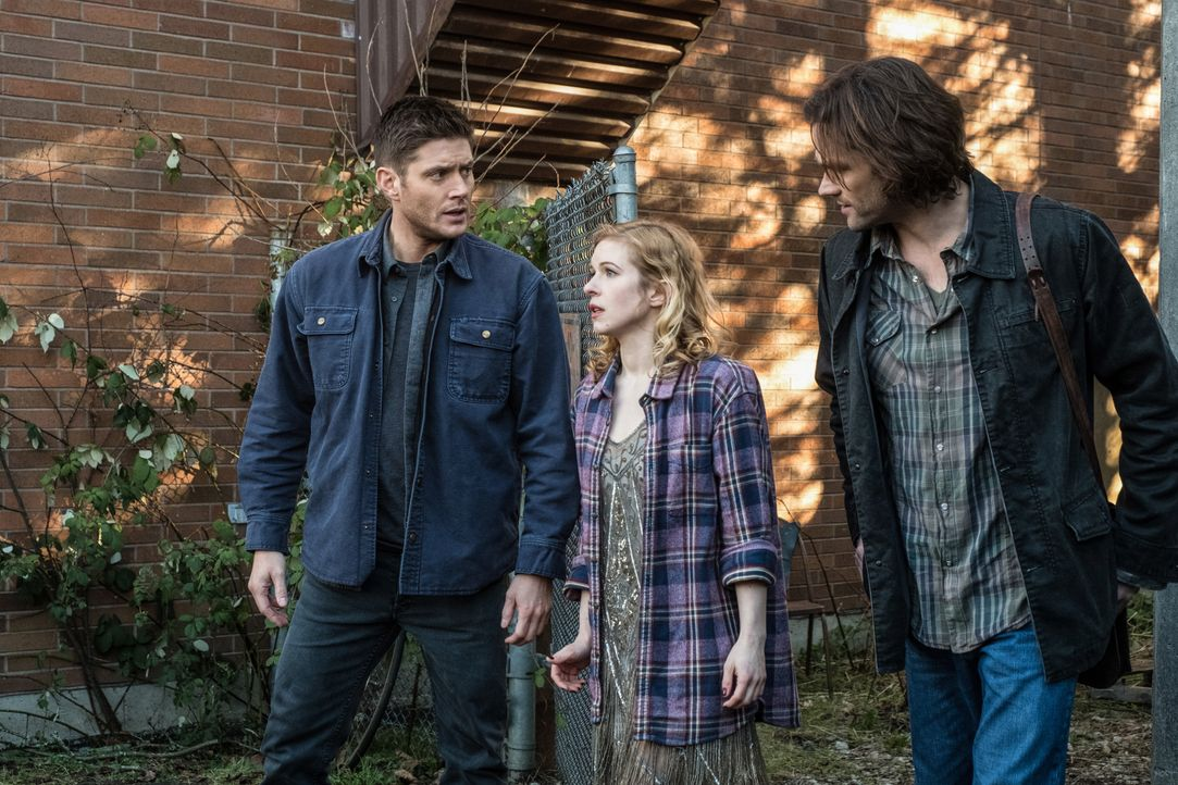 (v.l.n.r.) Dean (Jensen Ackles); Sandy Porter (Magda Apanowicz); Sam (Jared Padalecki) - Bildquelle: Katie Yu 2018 The CW Network, LLC. All Rights Reserved / Katie Yu