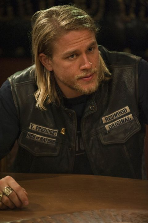 "Jackson ""Jax"" Teller (Charlie Hunnam) legt sich mit dem Pornofilm-Produzenten Georgie Caruso an, der mit brutalen Nötigungen die Stripperinnen von... - Bildquelle: 2009 FX Networks, LLC. All rights reserved."