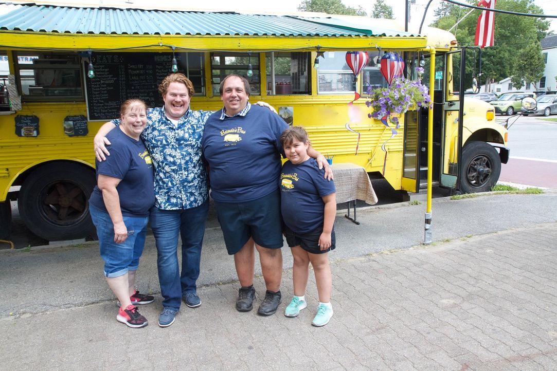 """In Burlington, Vermont stattet Casey (2.v.l.) Familie Corron und ihrem """"Beansie's Bus"""" einen Besuch ab und darf ihre beliebten Spezialitäten probier... - Bildquelle: 2017,The Travel Channel, L.L.C. All Rights Reserved."""