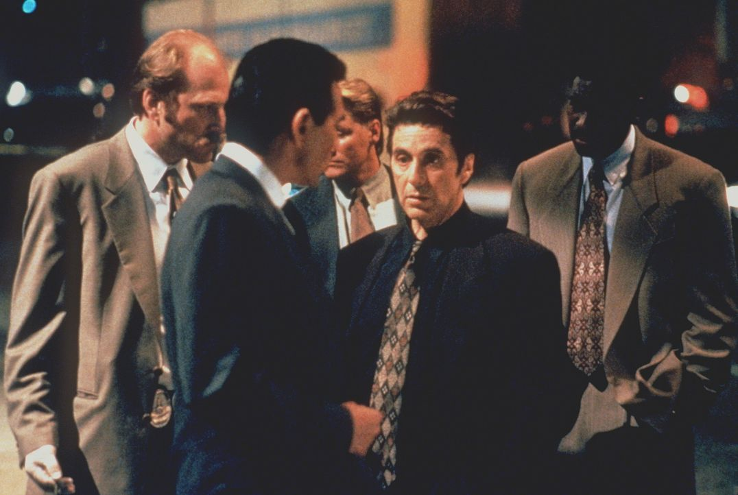 Zwei Perfektionisten stehen sich gegenüber: Der Boss des organisierten Verbrechens und der beste Leutnant der Stadt, Vincent Hanna (Al Pacino, 2.v.r... - Bildquelle: Warner Bros.