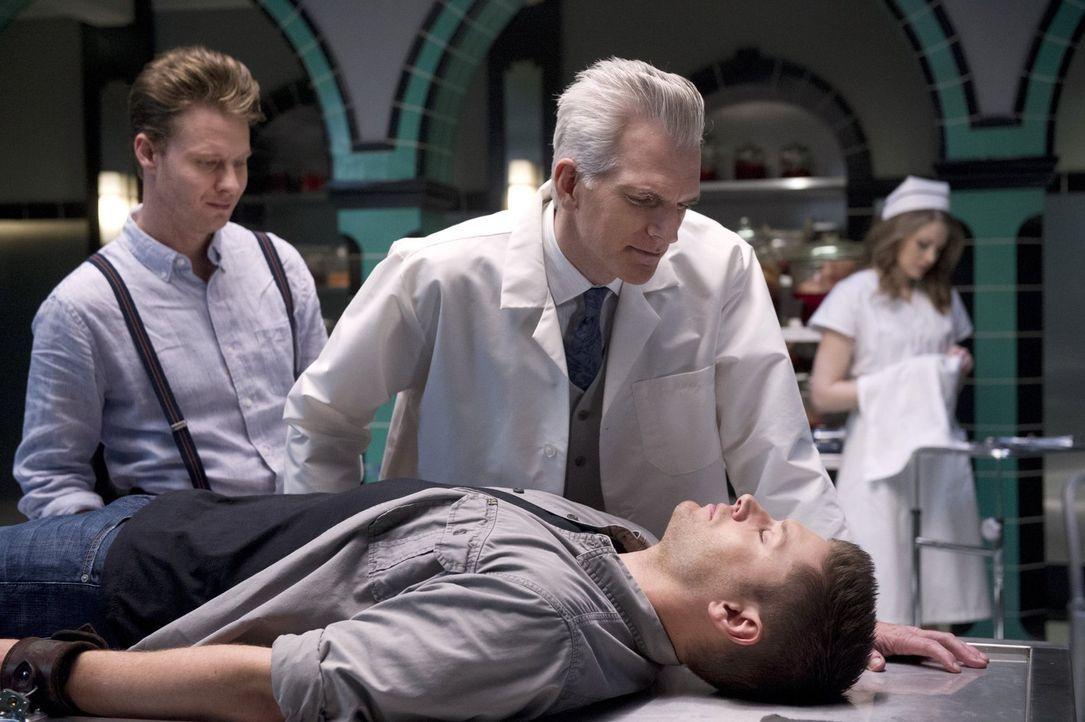 Eli (Matt Bellefleur, l.) und Monroe (Markus Flanagan, r.) glauben schon, Dean (Jensen Ackles, liegend) endlich in ihrer Gewalt zu haben, doch so sc... - Bildquelle: 2016 Warner Brothers