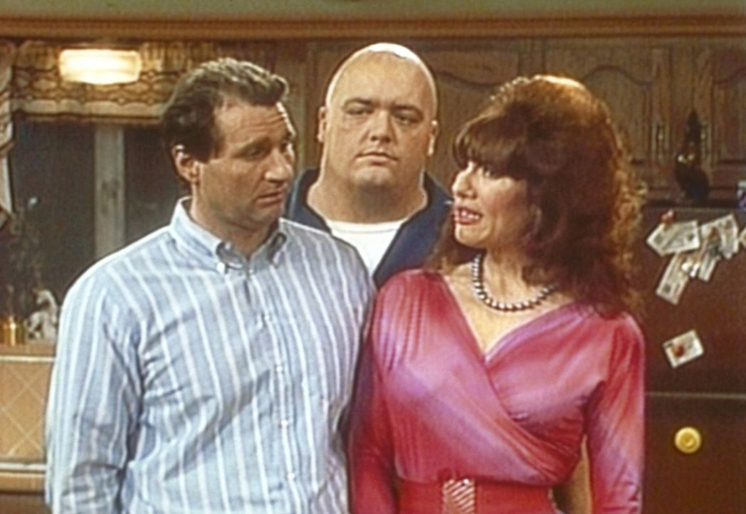 Al (Ed O'Neill, l.) könnte Peggy (Katey Sagal, r.) erwürgen, weil sie ihren Bruder Irwin (King Kong Bundy) eingeladen hat. - Bildquelle: Sony Pictures Television International. All Rights Reserved.