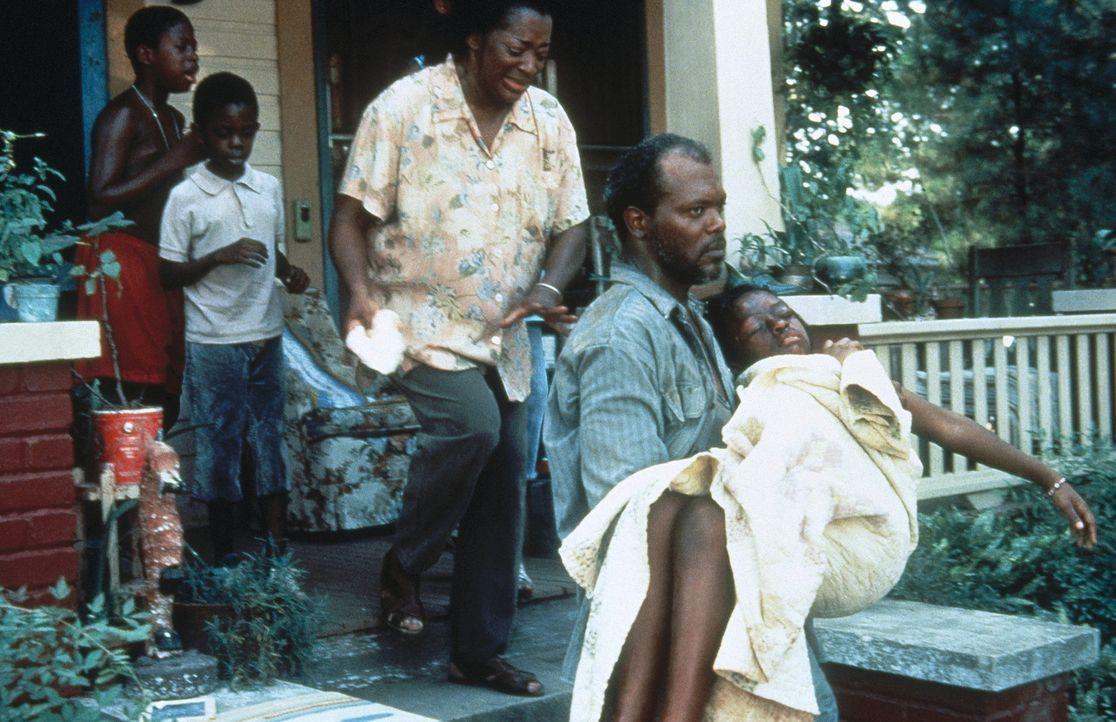 Als Carl Lees (Samuel L. Jackson, 2.v.r.) erfährt, dass seine Tochter Tonya (Rae'ven Kelly, r.) vergewaltigt wurde, rastet er völlig aus ... - Bildquelle: Warner Bros.