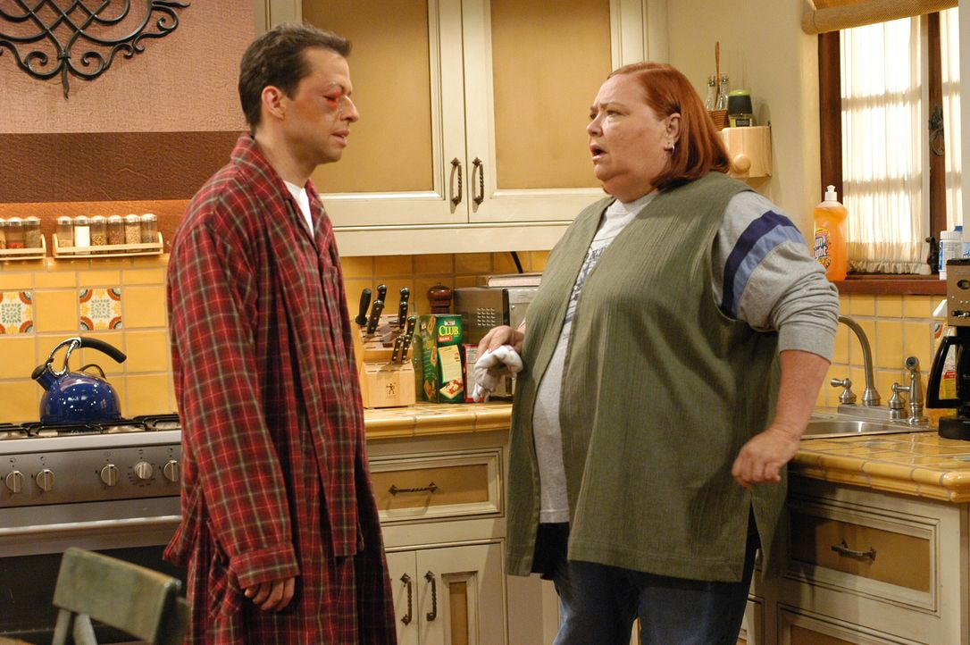 Haben Angst vor Isabelle: Alan (Jon Cryer, l.) und Berta (Conchata Ferrell, r.) ... - Bildquelle: Warner Brothers Entertainment Inc.