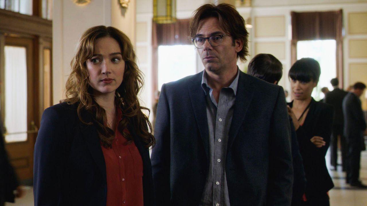 """Jamie (Kristen Connolly, l.) und Mitch (Billy Burke, r.) unter Druck: In weniger als 48 Stunden soll das Projekt """"Noah"""" starten. Gelingt es ihnen, d... - Bildquelle: 2016 CBS Broadcasting Inc. All Rights Reserved."""