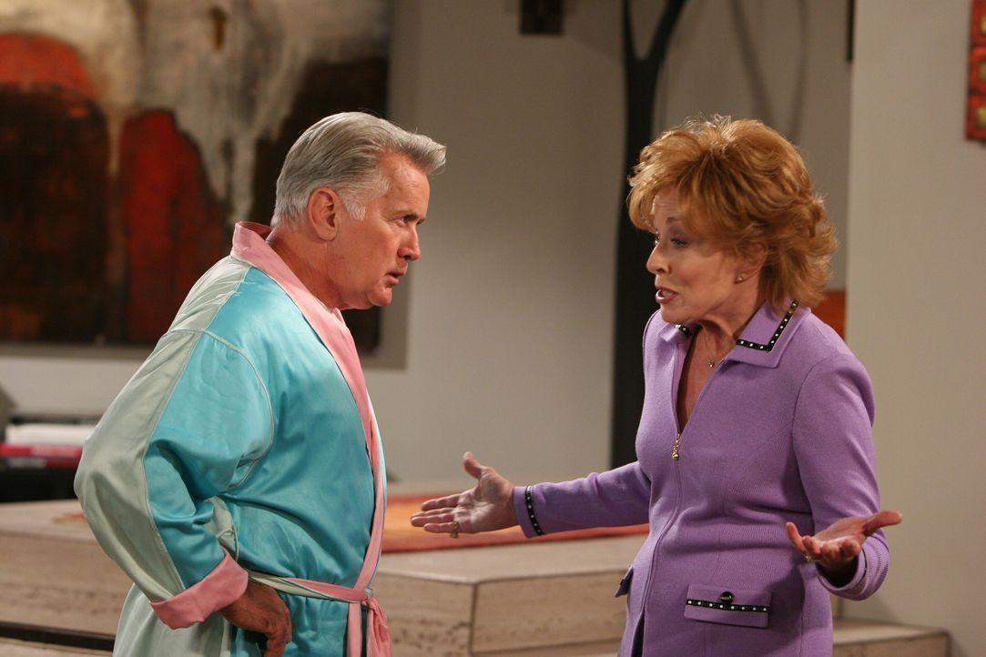 Evelyn (Holland Taylor, r.) versucht Harvey (Martin Sheen, l.) klarzumachen, dass sie ihn nicht heiraten möchte ... - Bildquelle: Warner Brothers Entertainment Inc.