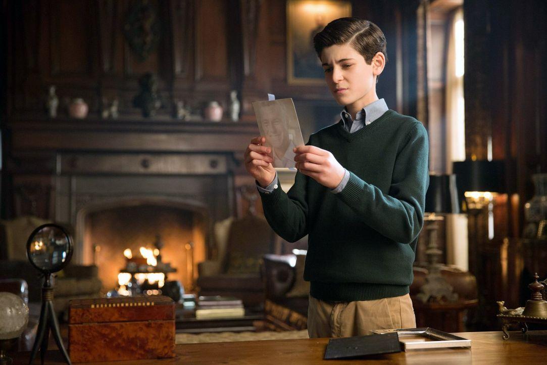 Stellt Wayne Manor auf den Kopf, um nach Hinweisen zu suchen, die sein Vater ihm vielleicht hinterlassen hat: Bruce (David Mazouz) ... - Bildquelle: Warner Bros. Entertainment, Inc.