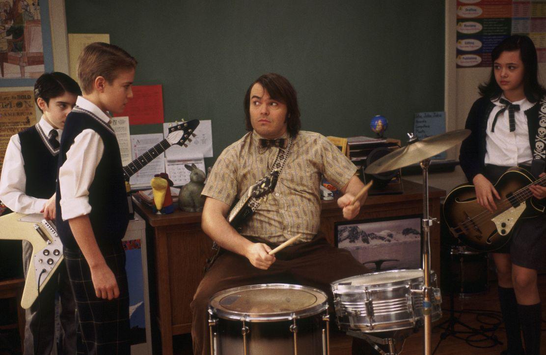 Nachdem Deweys (Jack Black, vorne M.) seine Schüler musizieren gehört hat, kommt ihm eine Idee: Er will mit (v.l.n.r.) Zack (Joey Gaydos jr.), Fredd... - Bildquelle: Paramount Pictures