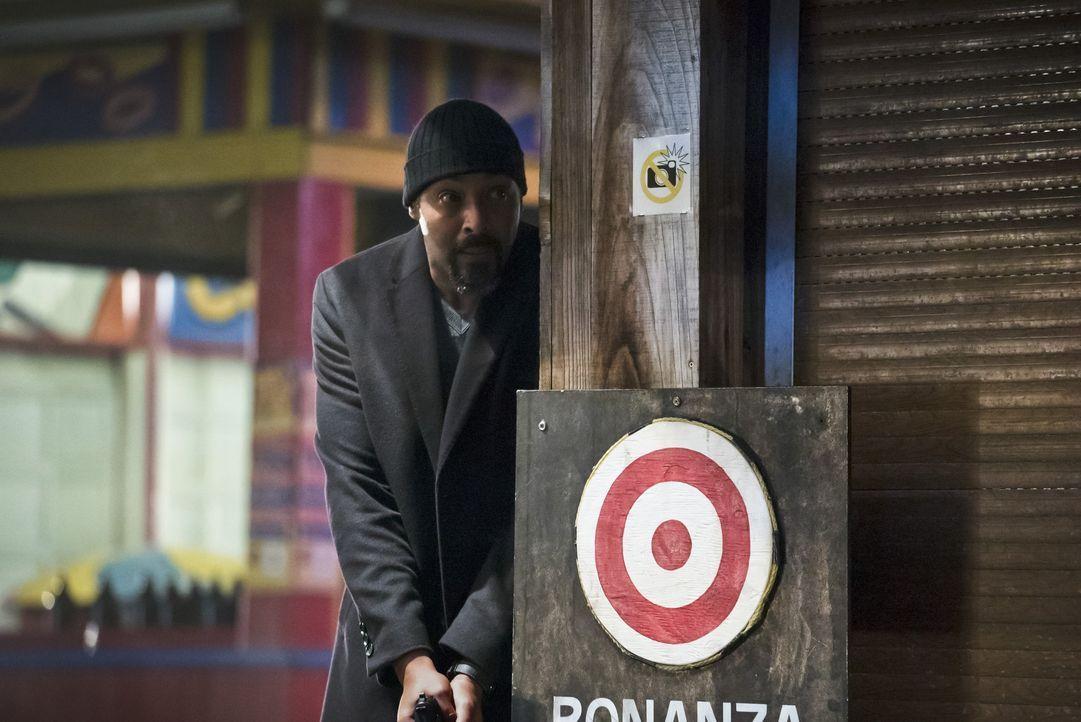 Während Joe (Jesse L. Martin) sich um eine Bitte von Wally kümmern muss, gelingt es Caitlin immer wieder, Hunters lange vergrabenen Erinnerungen zu... - Bildquelle: Warner Bros. Entertainment, Inc.