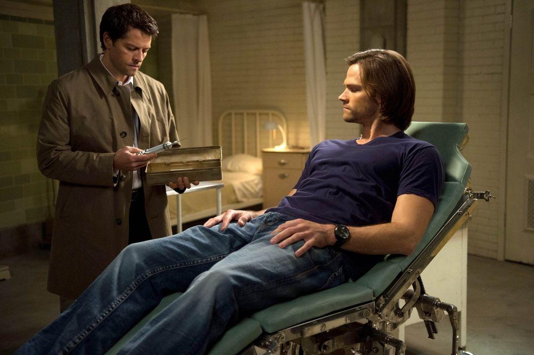 Während Dean und Crowley sich auf die Suche nach der ersten Klinge machen, wagen sich Castiel (Misha Collins, l.) und Sam (Jared Padalecki, r.) an e... - Bildquelle: 2013 Warner Brothers