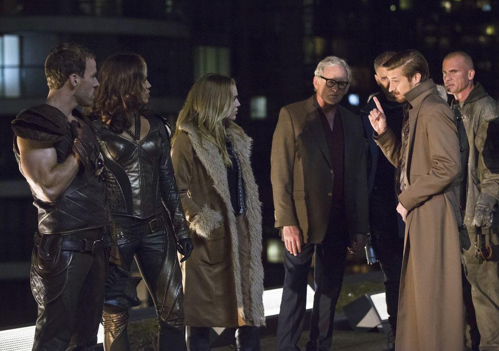 Als Rip Hunter (Arthur Darvill, 2.v.r.) die Helden Carter alias Hawkman (Falk Hentschel, l.), Kendra alias Hawkgirl (Ciara Renée, 2.v.l.), Sara alia... - Bildquelle: 2015 Warner Bros.