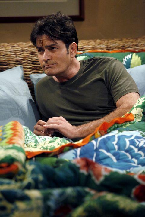 Trifft auf seine Ex-Verlobte Mia - die ihn in eine schwierige Situation bringt: Charlie (Charlie Sheen) ... - Bildquelle: Warner Bros. Television
