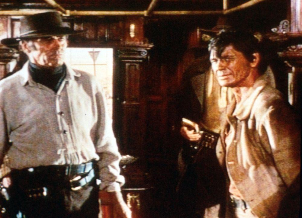 Der Mundharmonikaspieler (Charles Bronson, r.) und Killer Frank (Henry Fonda, l.) haben eine alte Rechnung zu begleichen ... - Bildquelle: Paramount Pictures