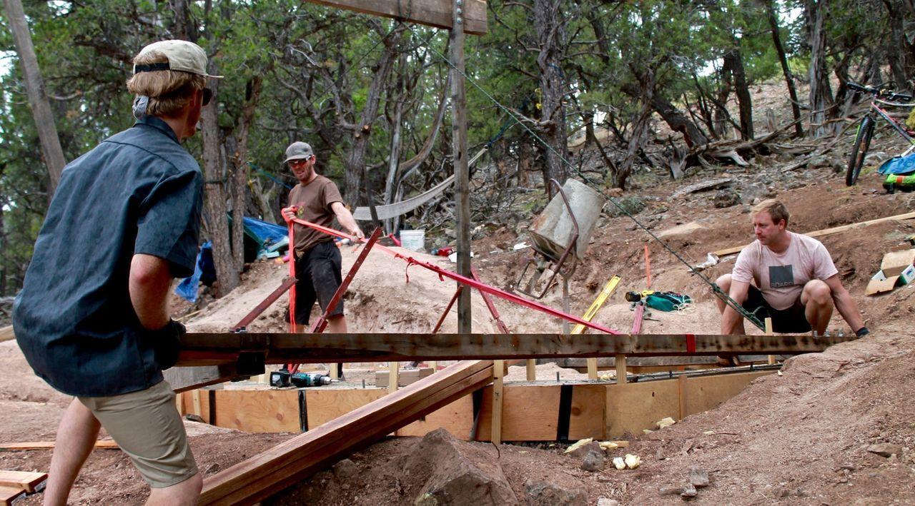 Ausgerechnet in einer Gegend in den Rocky Mountains, die häufig von Erdrutschen und Schneestürmen heimgesucht wird, wollen sie eine Berghütte bauen:... - Bildquelle: 2016,DIY Network/Scripps Networks, LLC. All Rights Reserved.