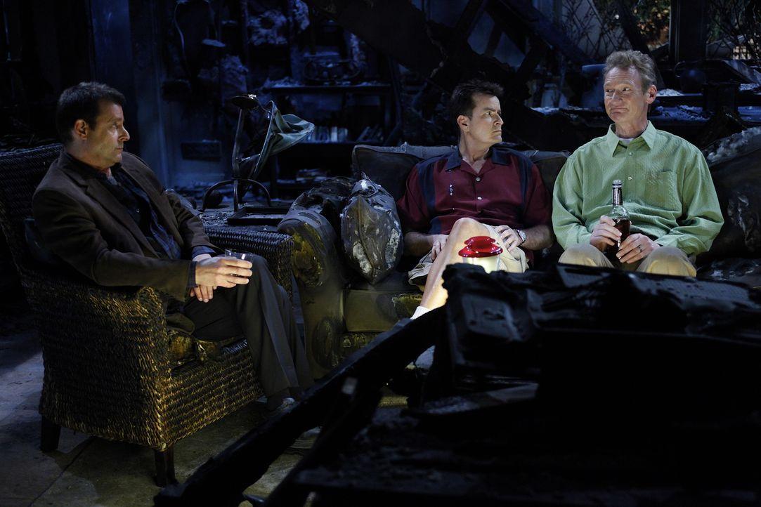 Eine emotionalen Männerrunde: Chris (Judd Nelson, l.), Charlie (Charlie Sheen, M.) und Herb (Ryan Stiles, r.) ... - Bildquelle: Warner Bros. Television