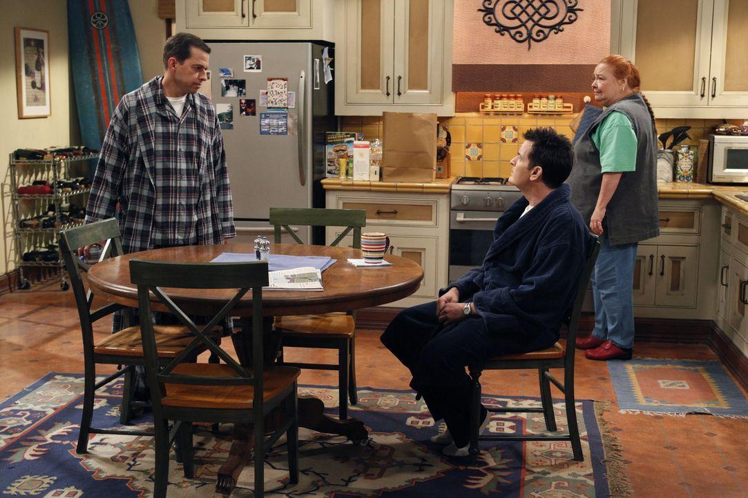 Charlie (Charlie Sheen, M.) und Berta (Conchata Ferrell, r.) amüsieren sich über Alans (Jon Cryer, l.) letzte Nacht ... - Bildquelle: Warner Bros. Television
