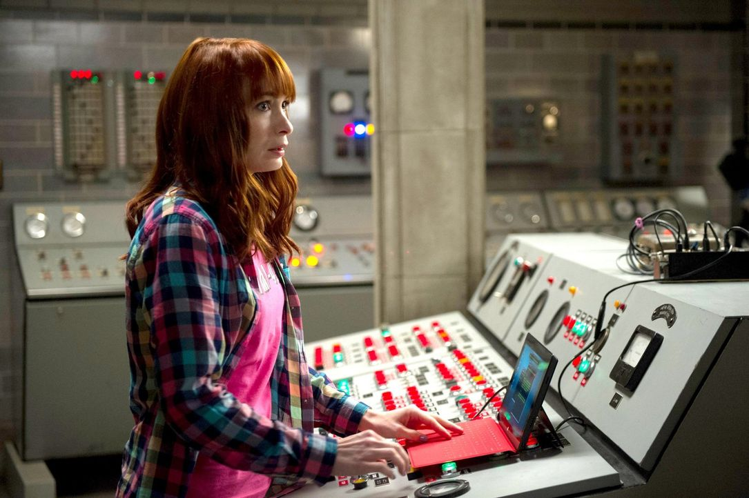 Charlie (Felicia Day) erfährt von ihrer Kindheitsheldin, wie sich die Geschichten wirklich abgespielt haben und dass es im wahren Leben eben nicht i... - Bildquelle: 2013 Warner Brothers