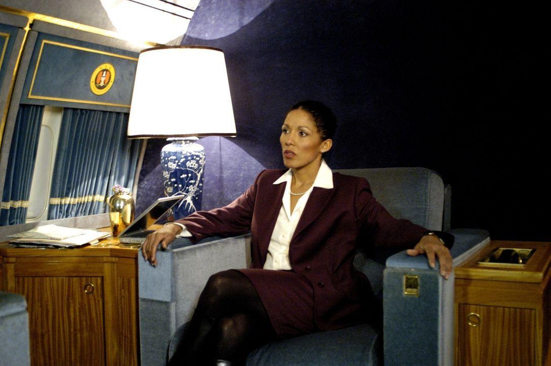 Kaum beginnen die Sicherheitsberaterin des US-Präsidenten (Caroline Lee Johnson) und der Terrorist Jamar mit den Verhandlungen, da greifen Söldner d...