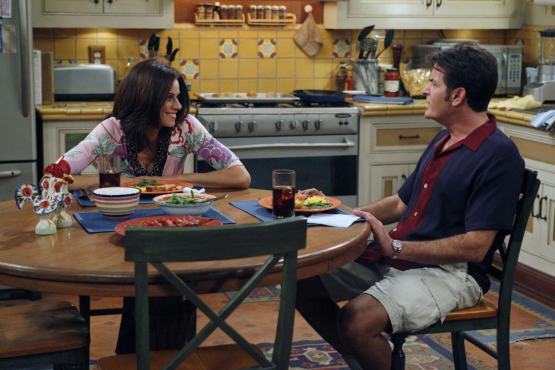Machen sich Sorgen um Alan: Chelsea (Jennifer Taylor, l.) und Charlie (Charlie Sheen, r.) ... - Bildquelle: Warner Brothers