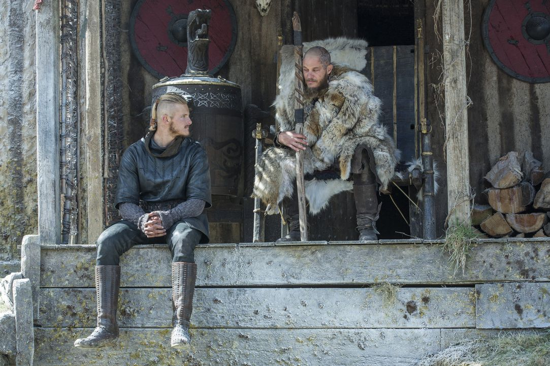 Ragnar (Travis Fimmel, r.) erholt sich nur langsam, und sieht sich durch Bjorns Urteil über Floki vor vollendete Tatsachen gestellt. Er wirft seinem... - Bildquelle: 2016 TM PRODUCTIONS LIMITED / T5 VIKINGS III PRODUCTIONS INC. ALL RIGHTS RESERVED.