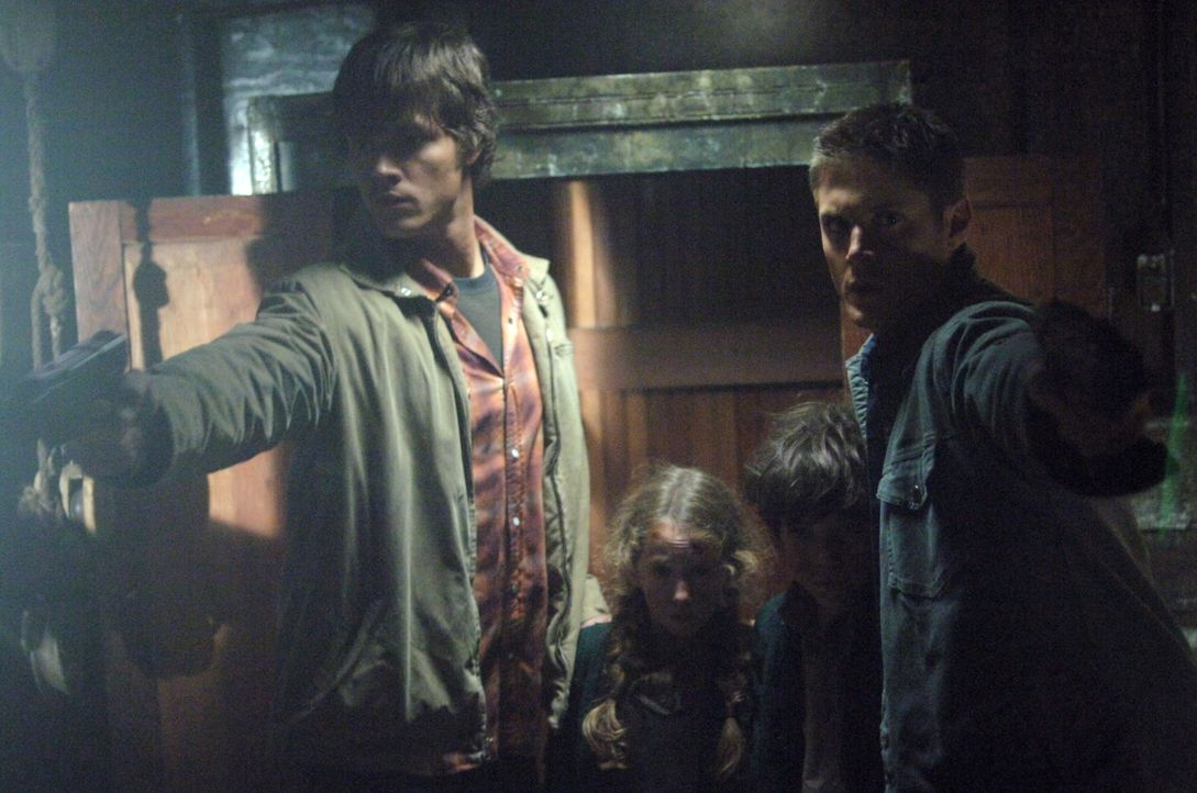 Sam (Jared Padalecki, l.) und Dean Winchester (Jensen Ackles, r.) stürmen ein verlassenes Haus und finden im Keller zwei Kinder in einem Schrank. Si... - Bildquelle: Warner Bros. Television
