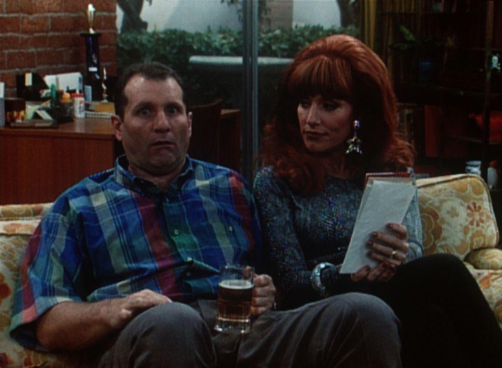 Al (Ed O'Neill, l.) will nur in Ruhe sein Bier trinken, aber Peggy (Katey Sagal, r.) nervt ihn mal wieder ... - Bildquelle: Sony Pictures Television International. All Rights Reserved.