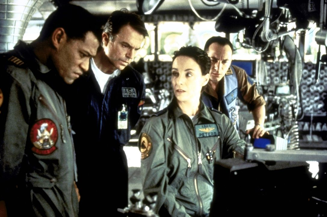 """Nach sieben Jahren taucht das verloren geglaubte Prototyp-Raumschiff """"Event Horizon"""" wieder auf. Captain Miller (Lawrence Fishburne, l.), der Wissen... - Bildquelle: Paramount Pictures"""