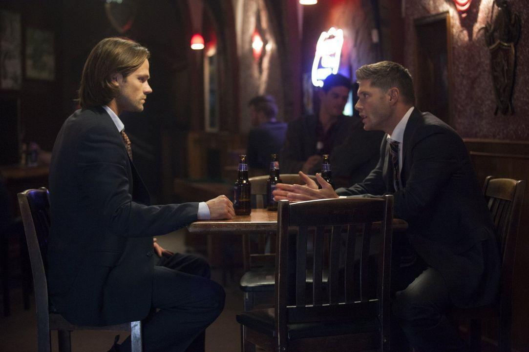 Noch ahnen Sam (Jared Padalecki, l.) und Dean (Jensen Ackles, r.) nicht, dass ein guter Freund bald einen gefährlichen Schritt wagen wird ... - Bildquelle: 2013 Warner Brothers