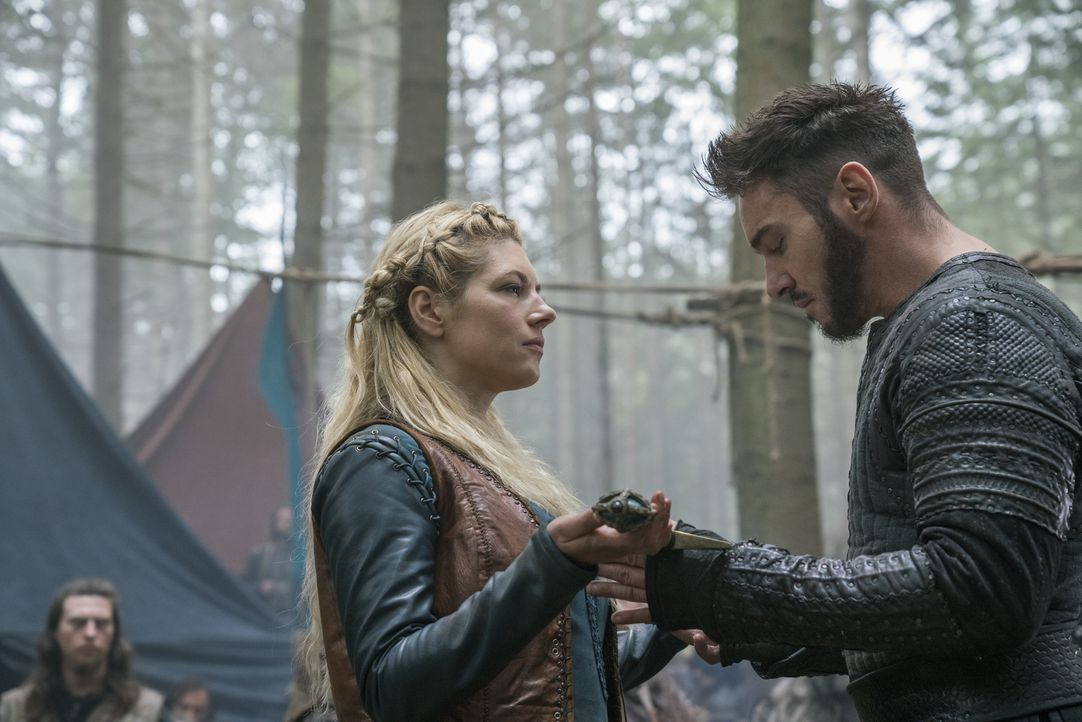 Während der Bürgerkrieg bei Lagertha (Katheryn Winnick, l.), Bischof Heahmund (Jonathan Rhys Meyers, r.) und den anderen Nordmännern noch weite Krei... - Bildquelle: 2017 TM PRODUCTIONS LIMITED / T5 VIKINGS III PRODUCTIONS INC. ALL RIGHTS RESERVED.