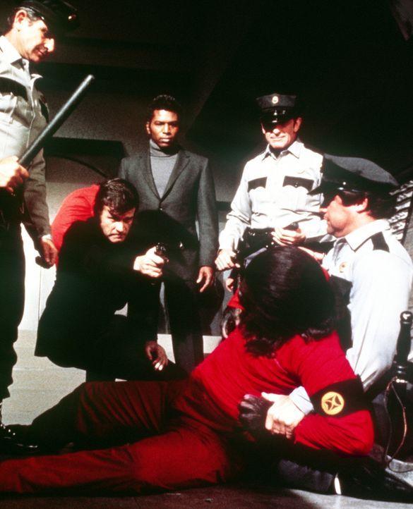 Der diktatorisch regierende Gouverneur Breck (Don Murray, 2.v.l.) will den Affen Cäsar (Roddy McDowall) töten lassen, weil er versehentlich sein Geh... - Bildquelle: Twentieth Century-Fox Film Corporation