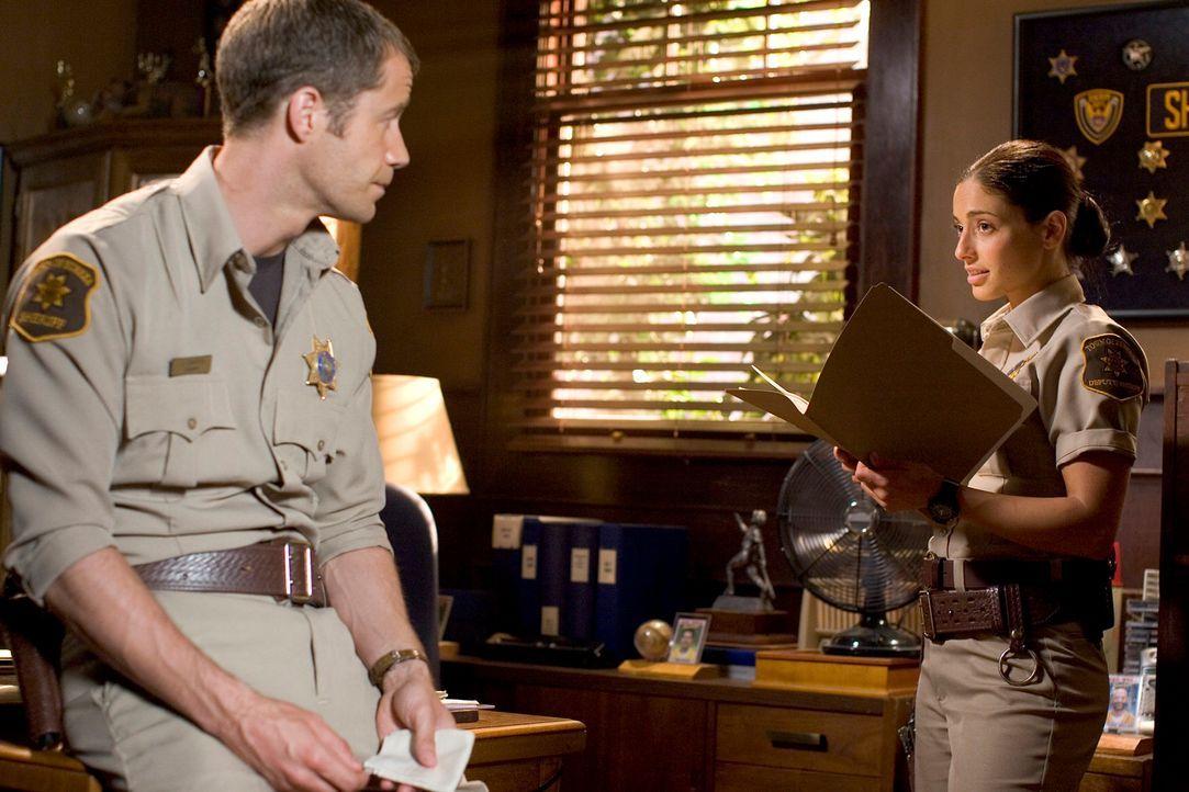 Versuchen, die rätselhaften Vorfälle in Eureka aufzuklären: Carter (Colin Ferguson, l.) und Jo (Erica Cerra, r.) ... - Bildquelle: Universal Television