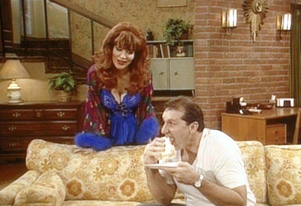 Al (Ed O'Neill, r.) und Peggy (Katey Sagal, l.) haben eine schlaflose Nacht, weil sie fürchten, dem Dodge könnte etwas passieren. - Bildquelle: Sony Pictures Television International. All Rights Reserved.