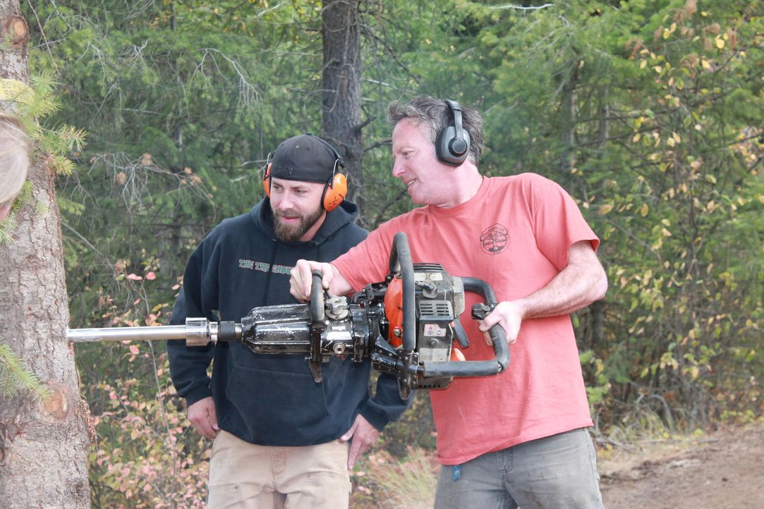Für Ka-V (l.) heißt es mal wieder ran an den Baum. In Idaho versucht er dieses Mal mit seinen Baumhaus-Designern die Buttars-Familie, die sich ein e... - Bildquelle: 2016, DIY Network/Scripps Networks, LLC. All Rights Reserved.