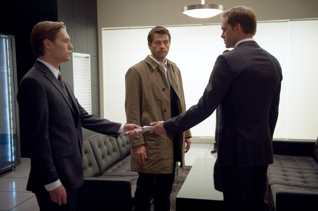 Schließlich wird Castiel (Misha Collins, M.) bewusst, dass Bartholomew (Adam Harrington, r.) nur ein Ziel hat - die Macht im Himmel ... - Bildquelle: 2013 Warner Brothers