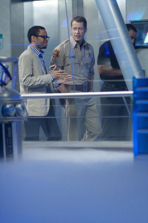 Dr. Michael Clark (Eugene Byrd, l.) wird nach Eureka geschickt, um zu überprüfen, ob bei General Dynamics alles reibungslos läuft. Jack (Colin Fergu... - Bildquelle: Universal Television