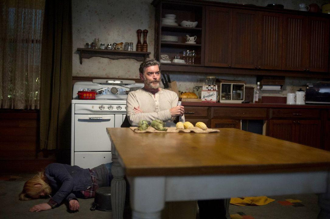 Cain (Timothy Omundson, r.) genießt es, Dean beim Kampf mit einigen Dämonen zu beobachten, denn er glaubt mehr von sich selbst in dem Jäger wiederzu... - Bildquelle: 2013 Warner Brothers