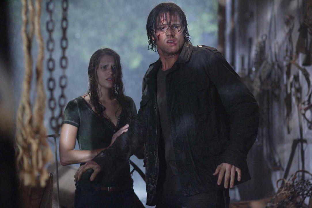 Wider Erwarten gelingt es Clay (Jared Padalecki, r.), seine Schwester Whitney (Amanda Righetti, l.) lebend zu finden. Doch das Glück ist ihm nicht m... - Bildquelle: 2011 BY PARAMOUNT PICTURES. ALL RIGHTS RESERVED.