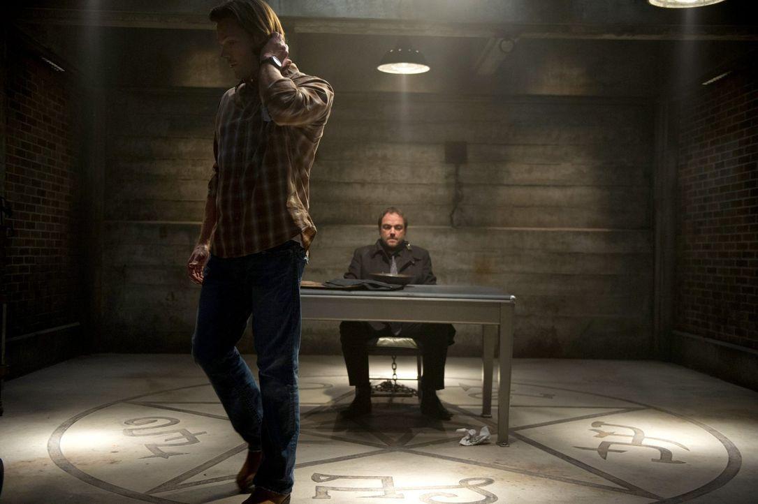 Lässt sich Sam (Jared Padalecki, l.) wirklich auf die Spielchen von Crowley (Mark Sheppard,r.) ein? - Bildquelle: 2013 Warner Brothers