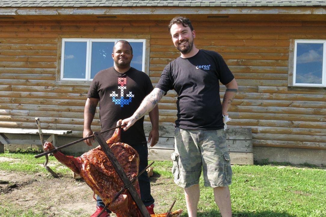 Roger Mooking (l.) ist bei einem ganz speziellen Event in Illinois zu Gast: Andrew Sikkelerus (r.) richtet gemeinsam mit zwei anderen Chefköchen ein... - Bildquelle: 2015,Cooking Channel, LLC. All Rights Reserved.