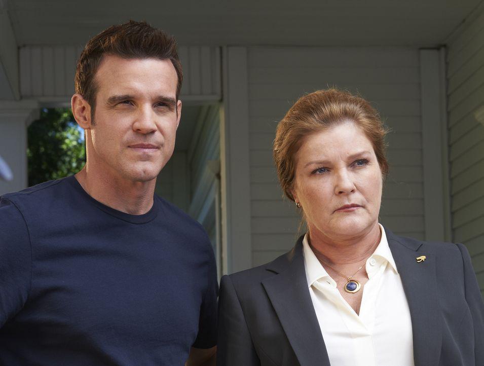 Pete Lattimer (Eddie McClintock); Jane Lattimer (Kate Mulgrew) - Bildquelle: Sophie Giraud/Syfy