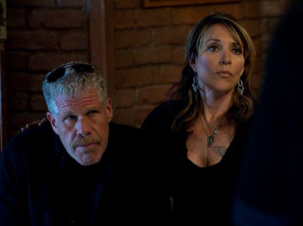 Clay (Ron Perlman, l.) und Gemma (Katey Sagal, r.) hoffen, dass endlich Ruhe einkehrt, doch dies ist noch nicht in Sicht ... - Bildquelle: 2010 FX Networks, LLC. All rights reserved.