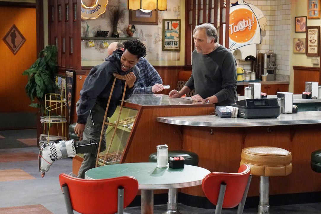 Arthur (Judd Hirsch, r.) fühlt sich schlecht, als Franco (Jermaine Fowler, l.) sich bei der Arbeit verletzt und keine Krankenversicherung hat, die d... - Bildquelle: Monty Brinton 2017 CBS Broadcasting, Inc. All Rights Reserved / Monty Brinton