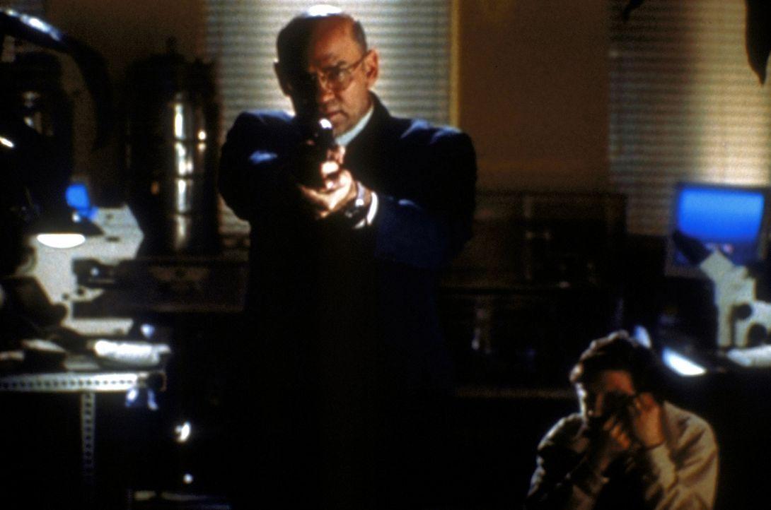 Skinner (Mitch Pileggi, l.) trifft bei Dr. Voss (Dennis Boutsikaris, r.) auf den einzigen Menschen, der den Test der neuen genmanipulierten Tabaksor... - Bildquelle: TM +   2000 Twentieth Century Fox Film Corporation. All Rights Reserved.