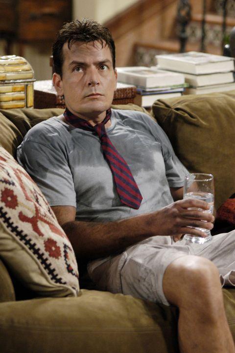 Charlie (Charlie Sheen) soll dafür sorgen, dass Jake, wenn er von seiner Mutter abgeholt wird, sauber angezogen ist. Doch dies scheint nicht so leic... - Bildquelle: Warner Brothers Entertainment Inc.
