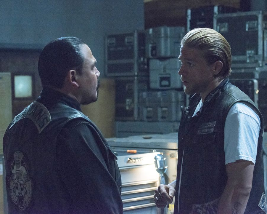 Klappt Jax (Charlie Hunnam, r.) Plan, Marcus (Emilio Rivera, l.) und seine Crew einzubeziehen? - Bildquelle: Prashant Gupta 2013 Twentieth Century Fox Film Corporation and Bluebush Productions, LLC. All rights reserved.